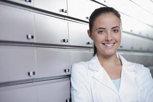 retrato de farmacêutico de mulher sorridente em farmácia foto