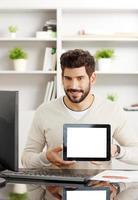 jovem profissional com tablet foto