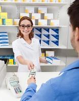 pagar remédios usando dinheiro foto