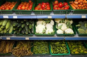 variedade de legumes frescos em exposição no supermercado foto