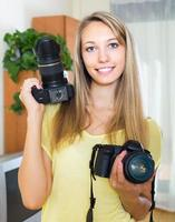 menina testando câmeras profissionais