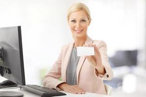 empresária, segurando o cartão de visita foto