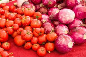 cebola vermelha e tomate no mercado foto