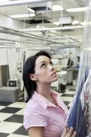 empregado de lavanderia trabalhando foto