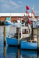 dois pequenos barcos de pesca foto