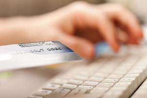 mão segurando cartões de crédito foto