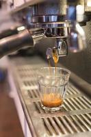café expresso em vidro pelo barista foto