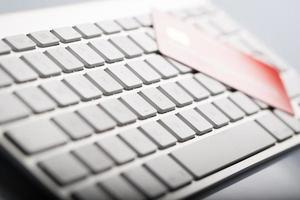 cartão de crédito em um teclado de computador foto