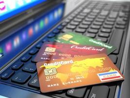 comércio eletrônico. cartão de crédito no teclado do laptop. foto