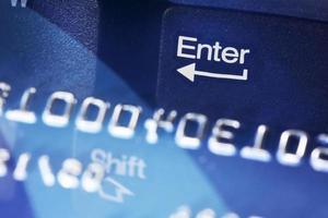 teclado digite a reflexão da tecla no cartão de crédito foto