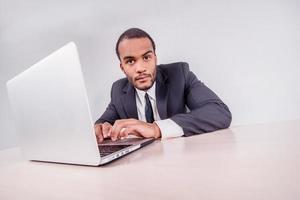 retrato de um homem de negócios. sorridente empresário Africano sentado um foto