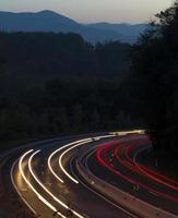 trilhas de luzes do carro na cidade foto