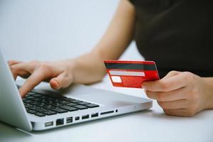pagando com cartão de crédito online foto