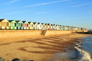 cabanas de praia em uma praia arenosa foto