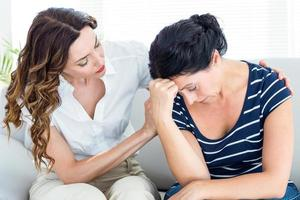 terapeuta consolando seu paciente foto