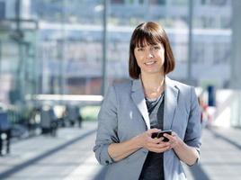 mulher de negócios inteligente, segurando o telefone celular