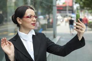 mulher sorridente, capturando um auto tiro foto