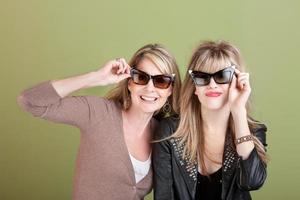 mãe e filha em óculos de sol foto