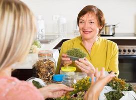 mulheres com ervas medicinais