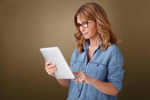 mulher com tablet digital foto