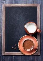 xícara de café com leite na lousa vintage foto