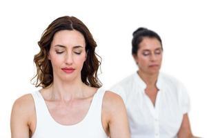 mulheres sentadas em posição de lótus foto