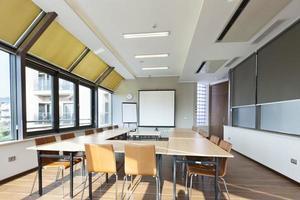 interior brilhante da sala de conferências
