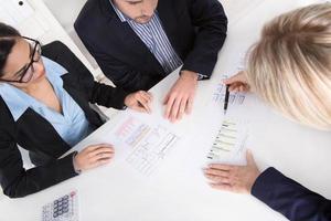 jovem casal tem consulta com consultor na mesa. foto