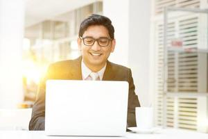 pessoas de negócios usando o laptop pc no café foto