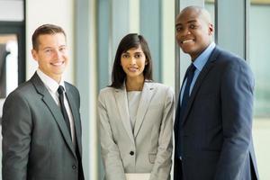 empresários multiculturais no escritório foto