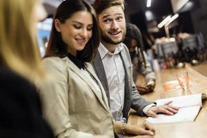 empresários em um pub depois do trabalho foto