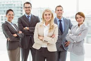 jovens empresários com braços cruzados no escritório foto