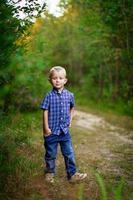 menino feliz lá fora foto