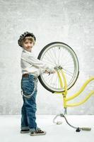 menino com bicicleta foto