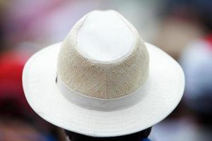 espectador de chapéu fedora