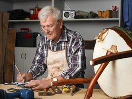 retrato de carpinteiro sênior foto