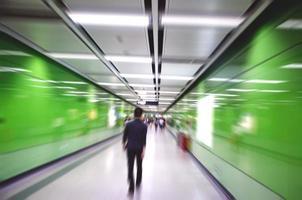 atividades de pessoas de negócios, andar na passagem subterrânea. foto