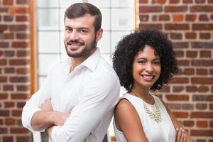 empresários confiantes com os braços cruzados no escritório foto