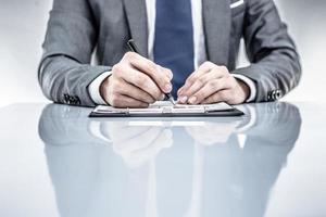 relatório de negócios e mão de homem. contabilidade foto