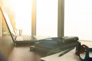 documentos de negócios na mesa de escritório com caneta foto