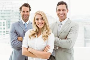 retrato de jovens empresários no escritório foto