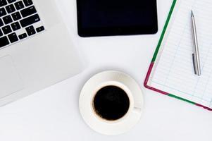 xícara de café e laptop para os negócios. foto
