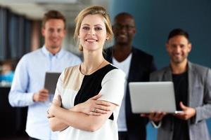 jovem executivo feminino branco virado para a câmera com os braços cruzados foto