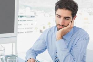 homem de negócios, olhando muito cansado foto