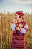 criança em traje nacional ucraniano foto