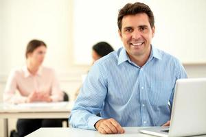 empresário latino bonito sorrindo para você foto