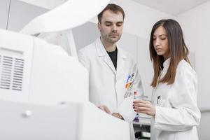 médicos no laboratório médico moderno foto
