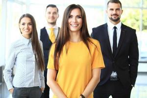 equipe de negócios bem sucedido, sorrindo para o escritório foto