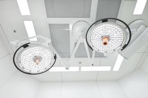 duas lâmpadas cirúrgicas na sala de operação foto