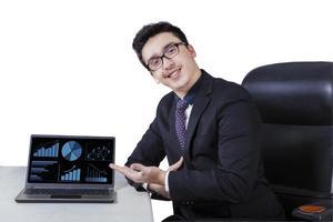 gerente caucasiano mostrando gráfico financeiro foto